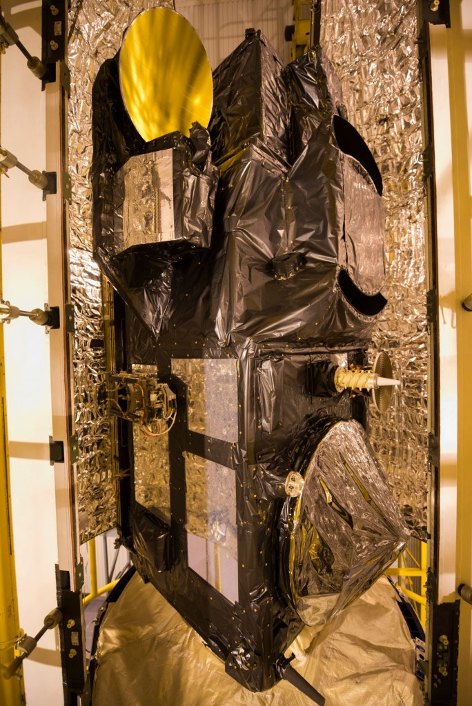 Sentinel-3A_being_encapsulated_within_its_Rockot_fairing12