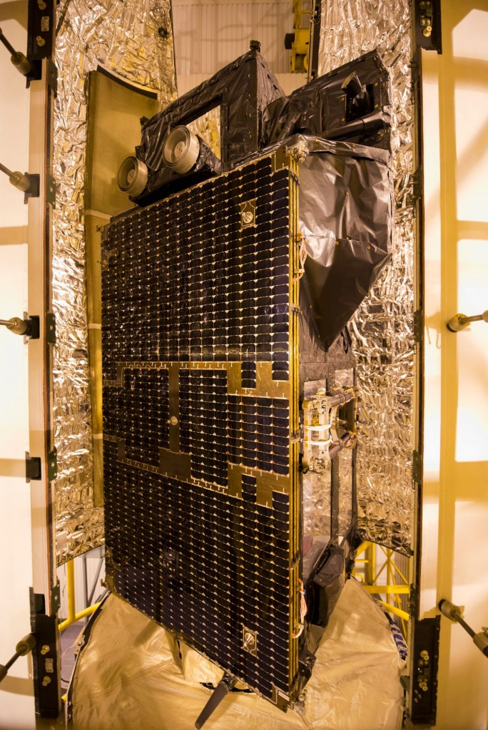 Sentinel-3A_being_encapsulated_within_its_Rockot_fairing14