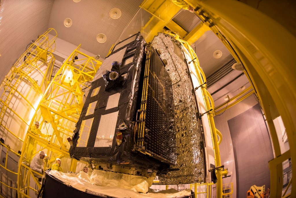 Sentinel-3A_being_encapsulated_within_its_Rockot_fairing22