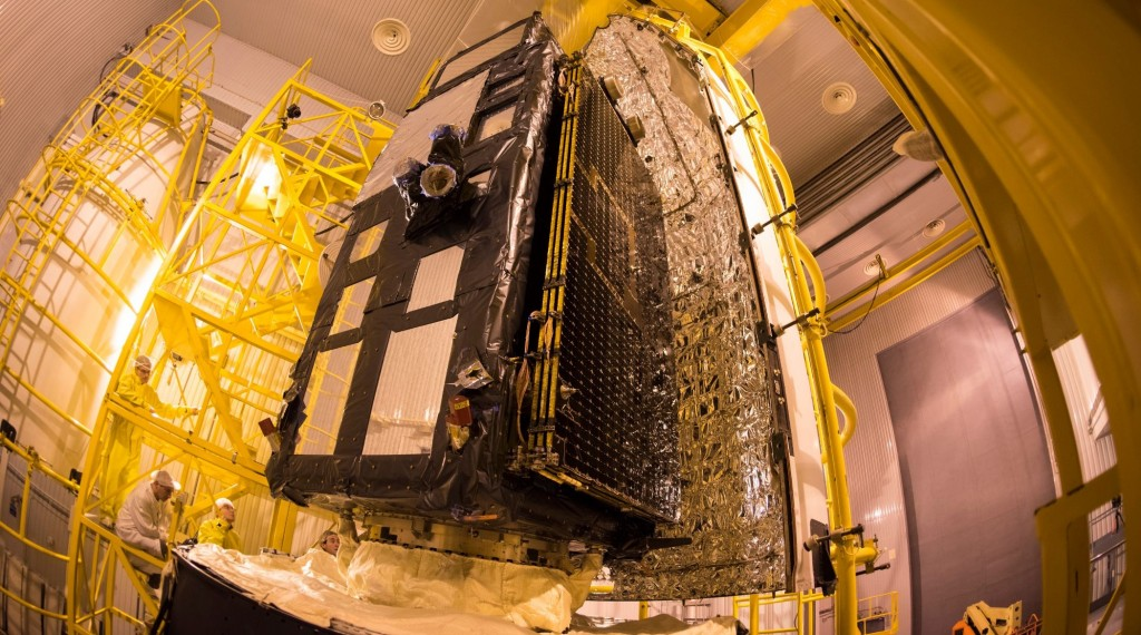 Sentinel-3A_being_encapsulated_within_its_Rockot_fairing22x