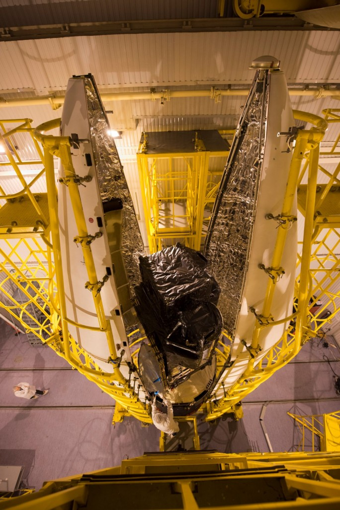 Sentinel-3A_being_encapsulated_within_its_Rockot_fairing5