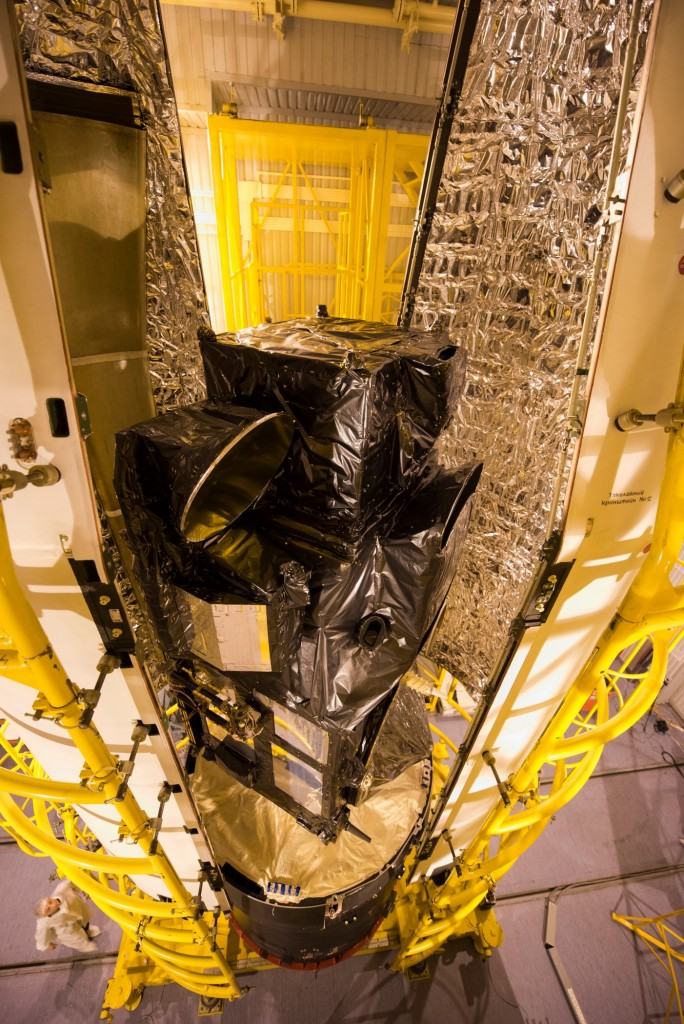 Sentinel-3A_being_encapsulated_within_its_Rockot_fairing6