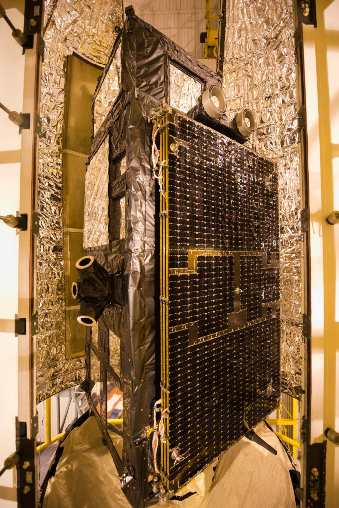 Sentinel-3A_being_encapsulated_within_its_Rockot_fairing8