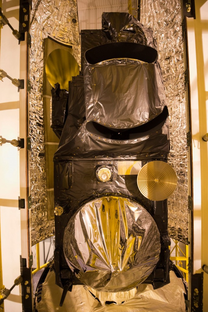 Sentinel-3A_being_encapsulated_within_its_Rockot_fairing9