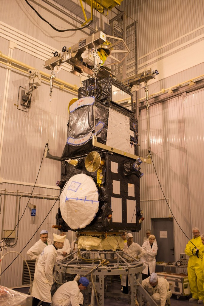 Sentinel-3A_being_installed_on_its_flight_adapter1
