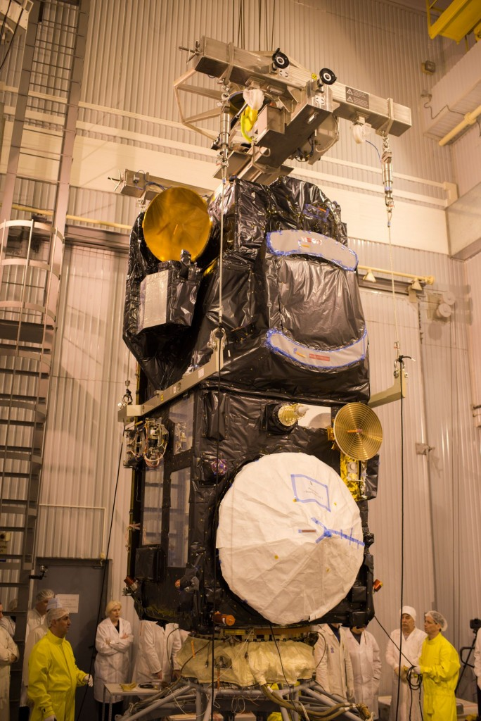 Sentinel-3A_being_installed_on_its_flight_adapter3