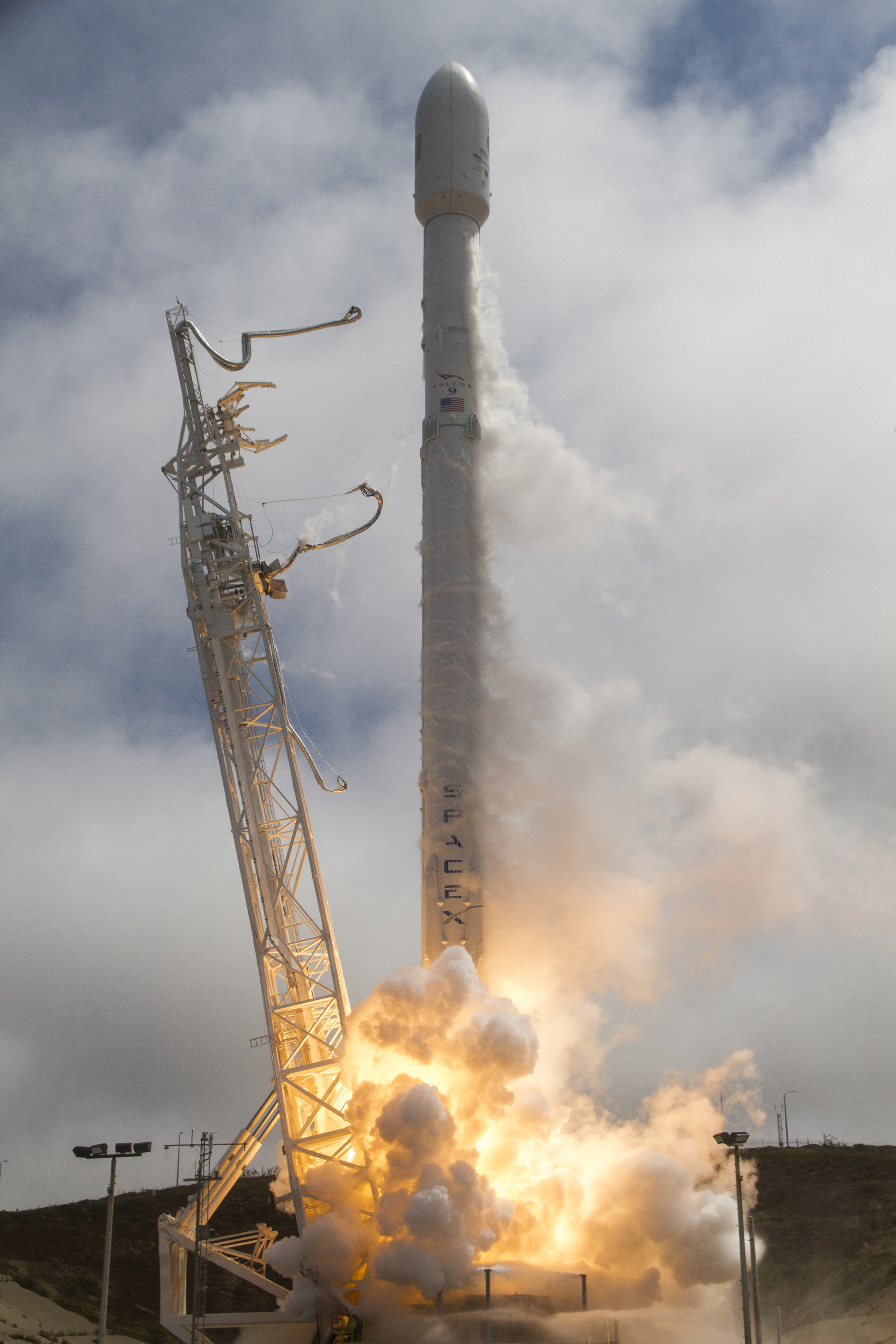 Photos: Falcon 9 blasts off from California with Taiwanese ...