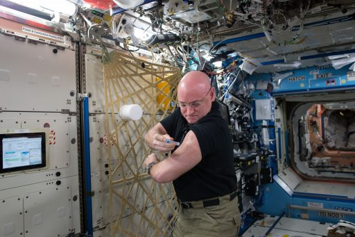 Kelly gives himself a flu shot as part of a study looking at vaccine effectiveness in the space environment. - Photo: NASA