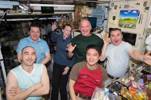 The six ISS Expedition 48 crew members share a meal inside the Russian Service Module - Photo: NASA