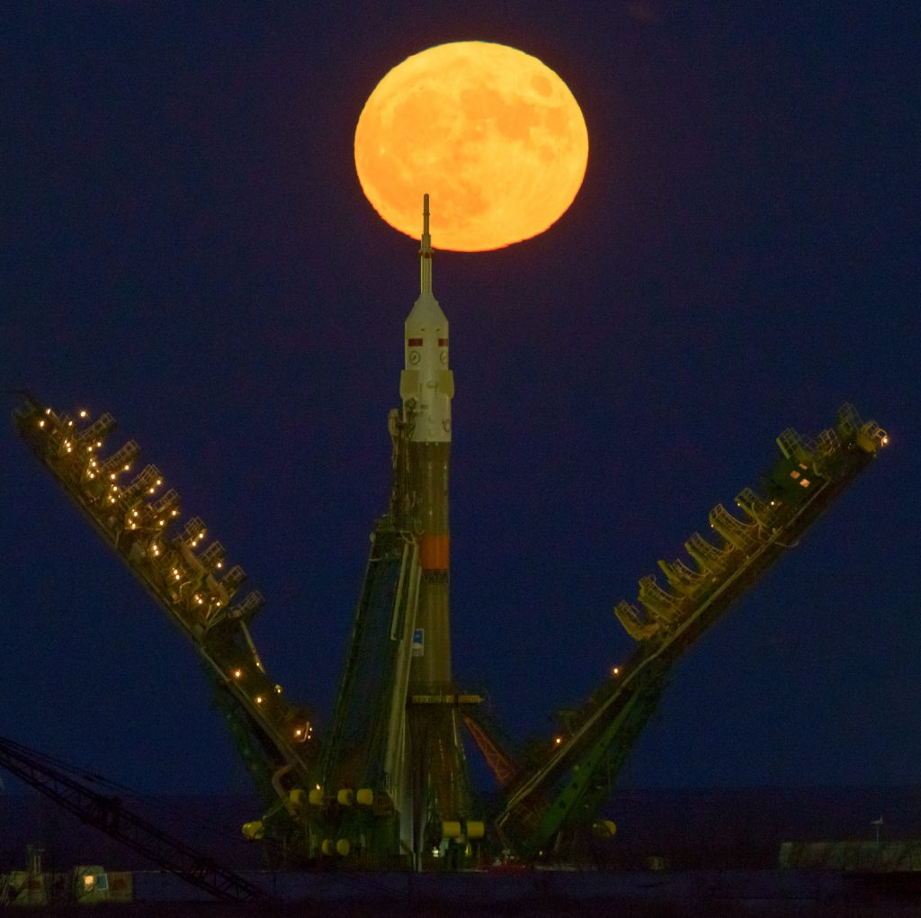 The Supermoon rises behind the Soyuz rocket standing tall atop its Baikonur launch pad - Photo: NASA/Bill Ingalls