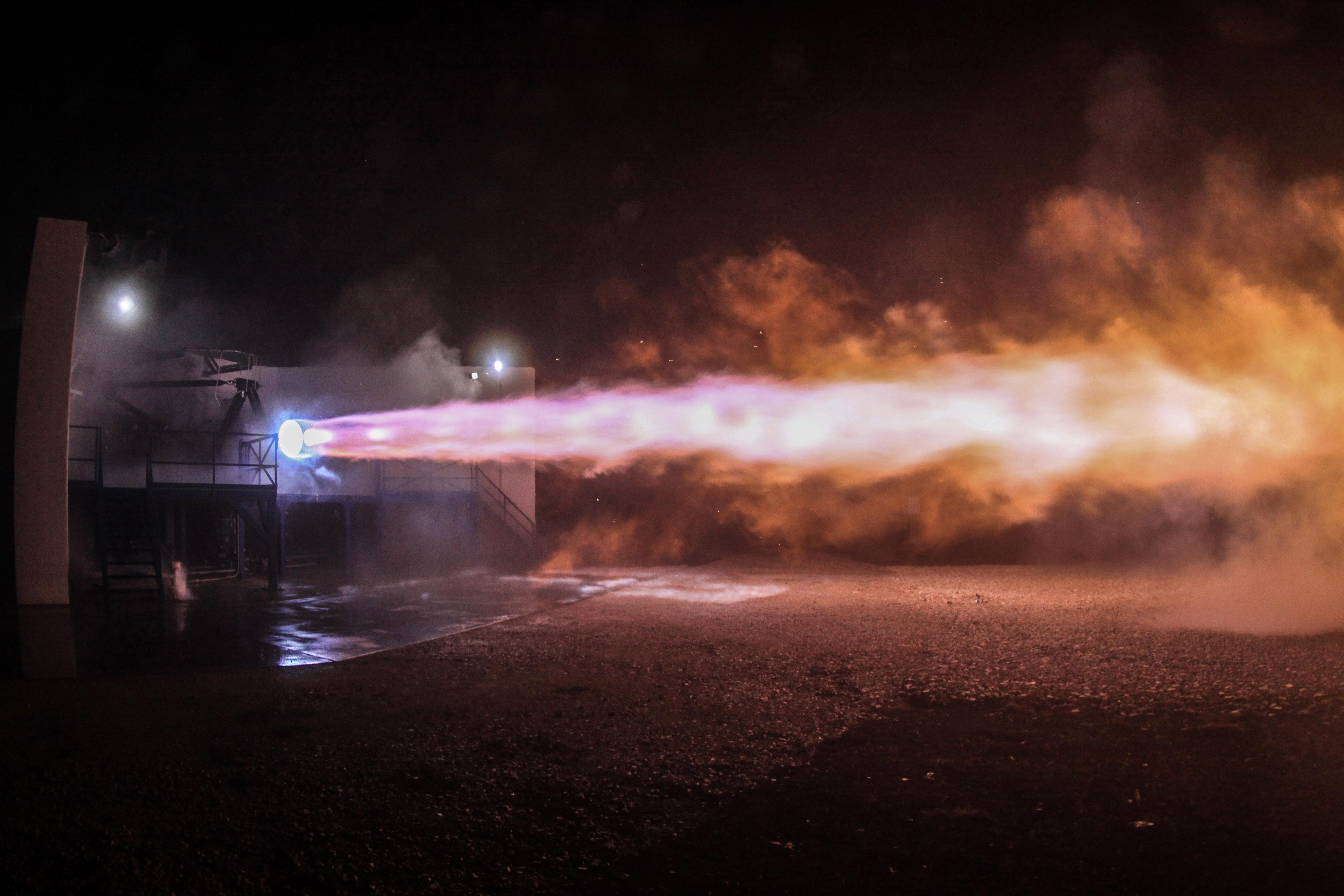 Ракетный двигатель SpaceX взорвался во время испытаний ...