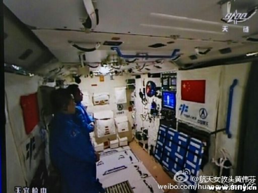 The crew catches up with the News provided via live video uplink - Photo: Weibo via 9ifly.cn