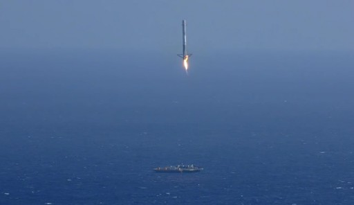 A SpaceX Falcon 9 booster attempts a landing on a floating platform in the Atlantic Ocean. - Photo: SpaceX