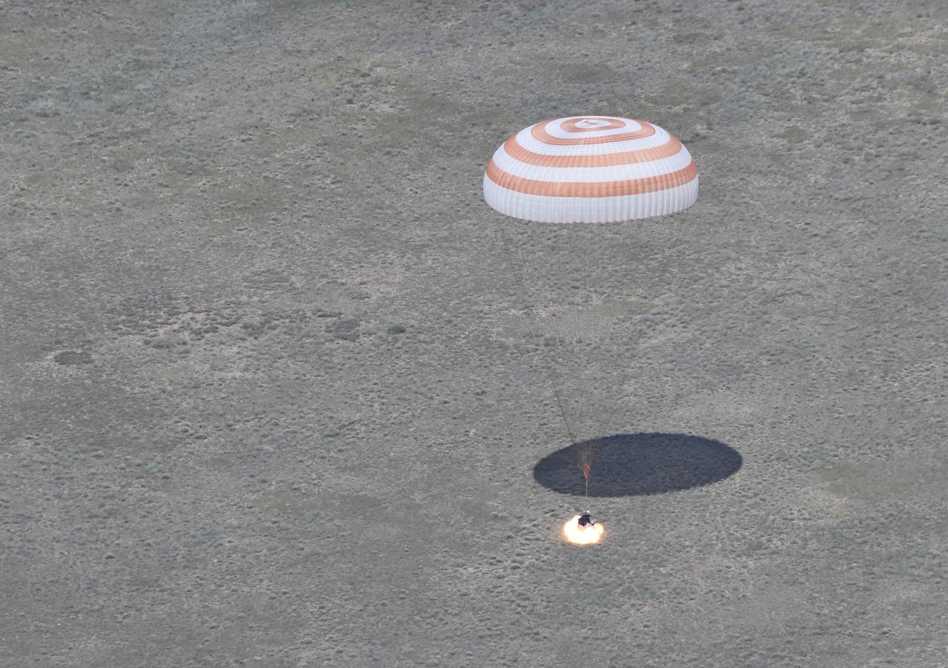 Landing_of_the_Soyuz_TMA-19M_spacecraft8