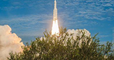 Photos: Ariane 5's late Afternoon Blastoff with Satellites for Australia & India