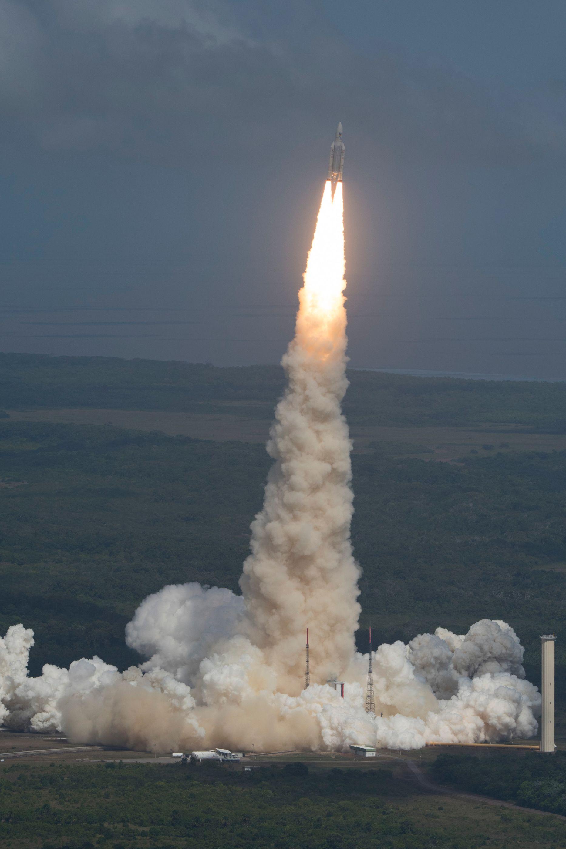 ariane_5_liftoff_on_flight_va233-2