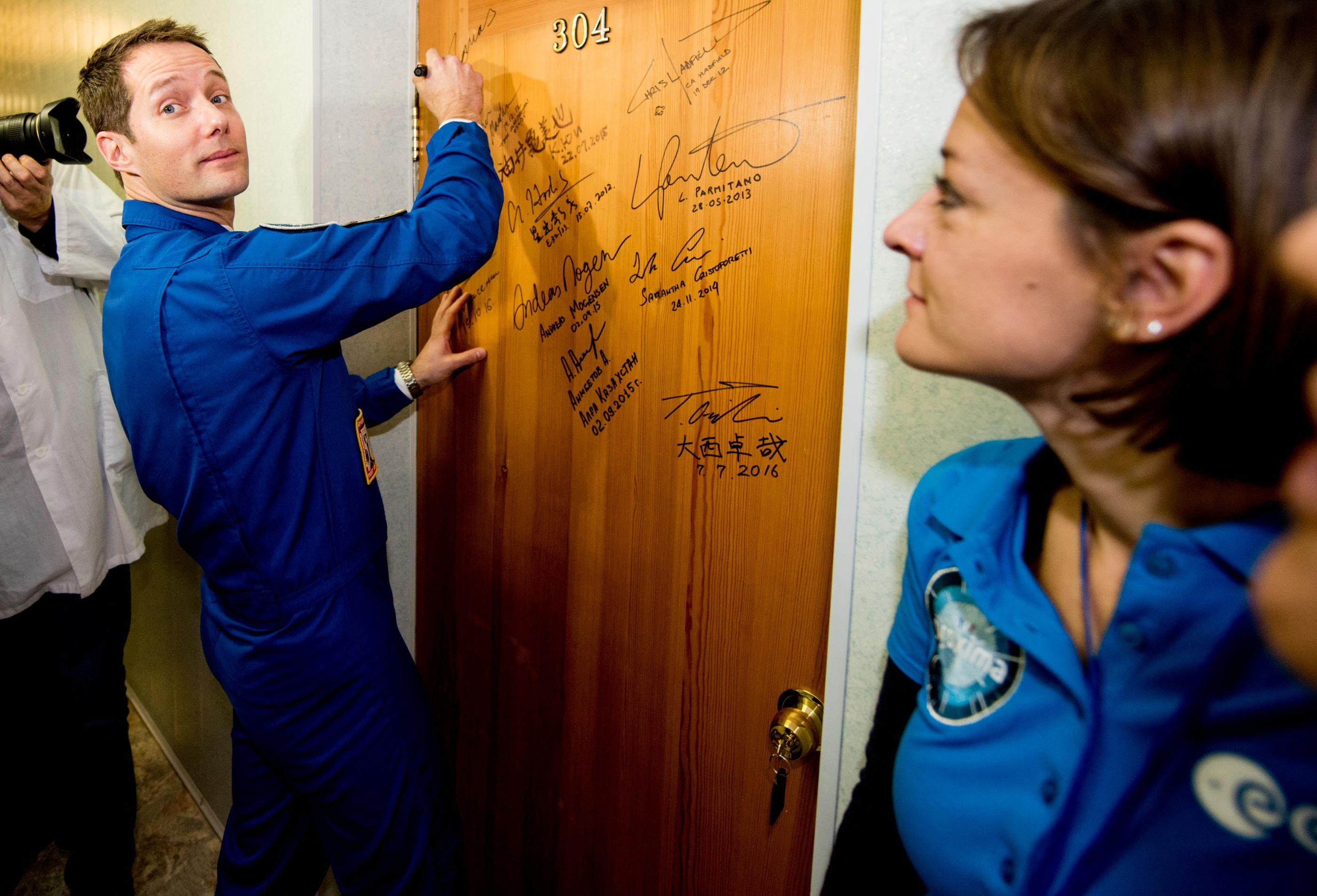 thomas_pesquet_performs_the_traditional_door_signing_at_the_cosmonaut_hotel