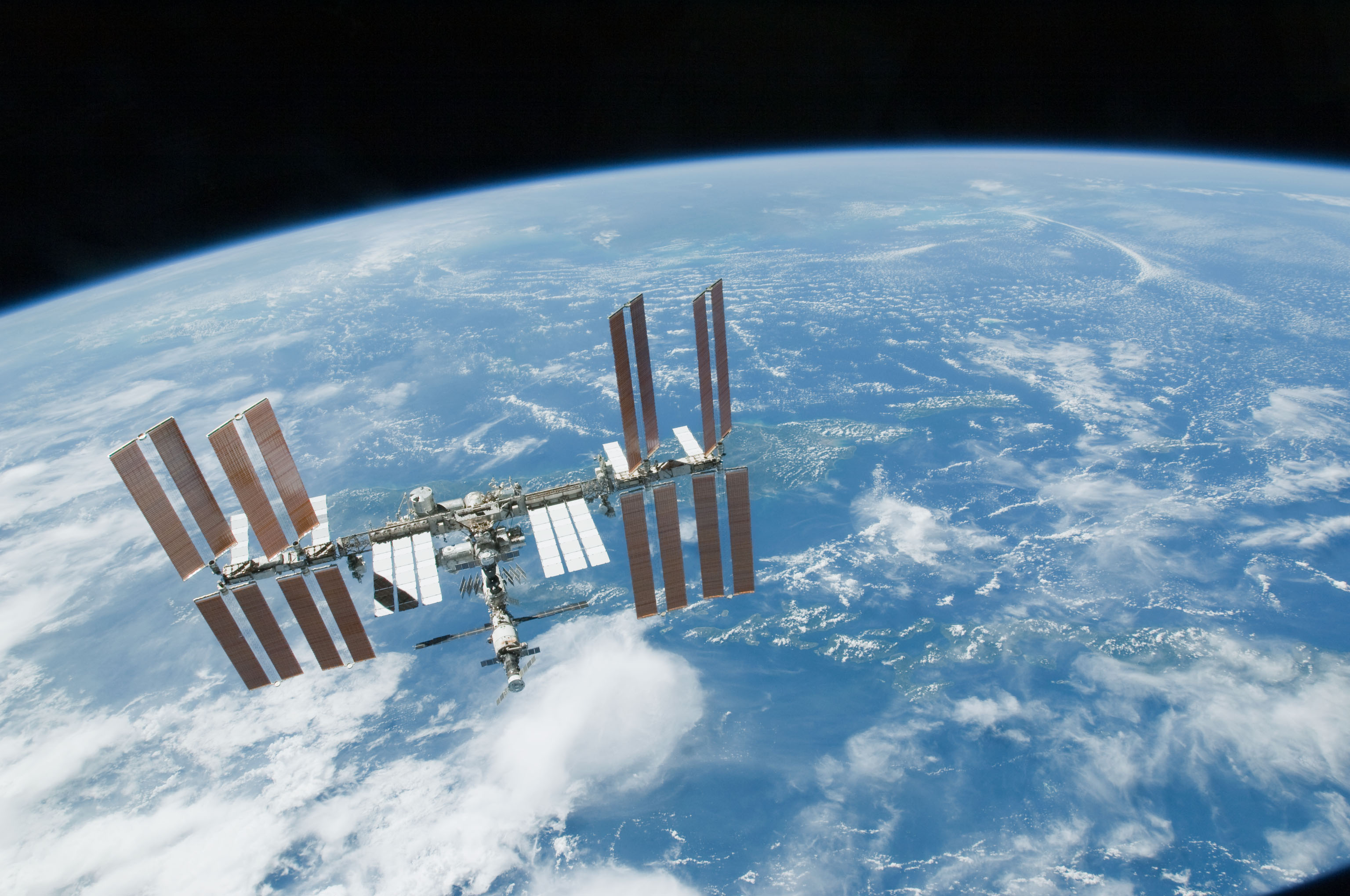 Secret nrol 76 satellite crosses paths with iss for Space station usa